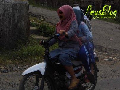 3 remaja putri naik motor