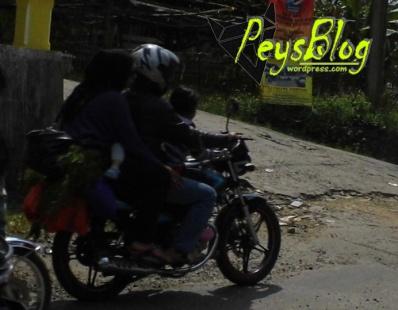 4 orang naik 1 motor