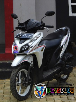 Modifikasi Vario 125 Putih 1
